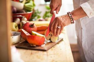 preparare macedonia di frutta foto
