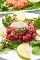 tartaro di salmone, tonno e pesce spada foto