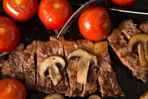 serie di bistecche alla griglia: la bistecca è tagliata a fette foto
