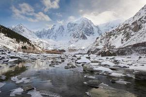 bellissimo paesaggio invernale, altai montagne russia. foto