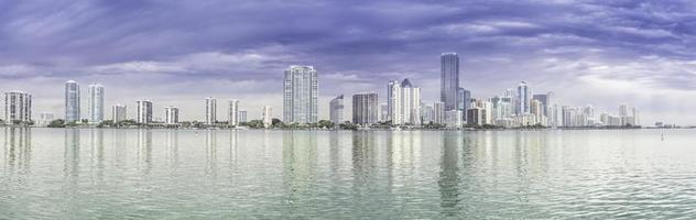 Panorama dell'orizzonte di Miami dalla baia di Biscayne, Florida foto
