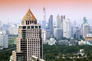 sera di paesaggio urbano dell'orizzonte di Bangkok foto