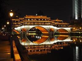 ponte di Anshun di notte a Chengdu foto