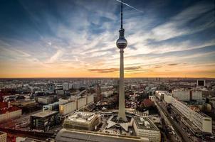 Berlino al tramonto con la torre della televisione in alexanderplatz. foto
