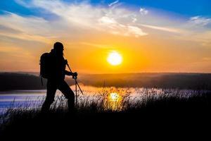 silhouette di escursionista femmina a piedi foto