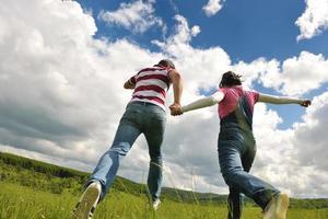 giovani coppie romantiche nell'amore insieme all'aperto foto