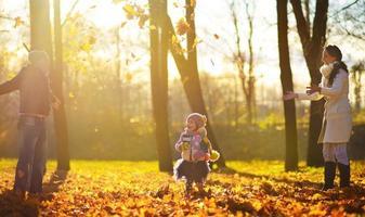 famiglia nel parco d'autunno