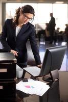 femmina con occupazione finanziaria foto