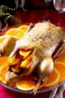 anatra di Natale con arancia servita sul tavolo festivo foto