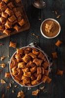 pretzel con burro di arachidi salato biologico foto