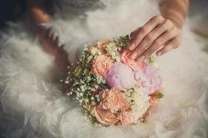primo piano del mazzo di nozze in mani della sposa foto