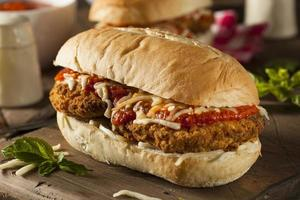 abbondante panino al parmigiano di pollo fatto in casa foto