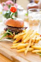 hamburger con patatine fritte. foto