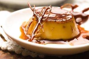 delizioso dessert con crema al caramello