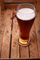 alto bicchiere di birra in una cassa foto