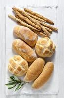 pane fresco fatto in casa italiano: ciabatta, integrale, tartaruga, gress foto