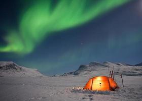 campeggio sotto l'aurora boreale foto
