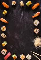 sushi impostato su sfondo scuro. minimalismo foto