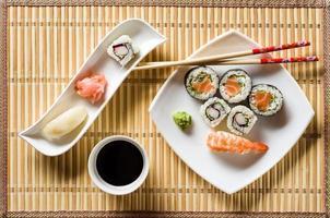 sushi sul piatto bianco