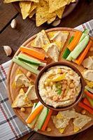 hummus sano fatto in casa con verdure, olio d'oliva e patatine fritte