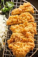 cotoletta di maiale fritta nel grasso bollente giapponese o tonkatsu, cibo giapponese foto