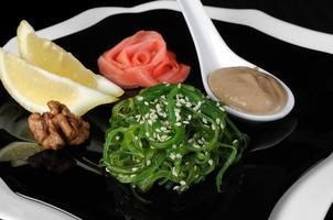 insalata di alghe chuka con salsa di arachidi foto