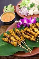 pollo satay con salsa di arachidi, cucina indonesiana allo spiedo foto
