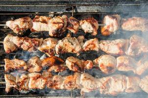 spiedini arrostiti succosi e sul barbecue foto