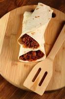 tortilla di manzo con salsa di peperoncino. enchilada. foto