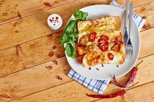 piatto di enchiladas con vista dall'alto peperoncino rosso foto