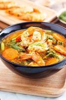 curry speziato e zuppa con gamberi e frittata di verdure