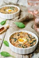 casseruola di uova di spinaci e grano saraceno foto