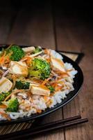 tofu verdure saltate in padella foto