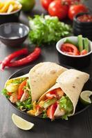 impacco di tortilla messicano con petto di pollo e verdure foto
