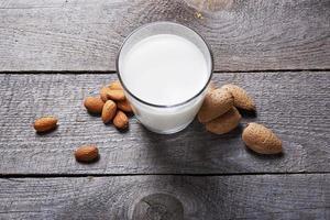 bicchiere di latte di mandorle foto
