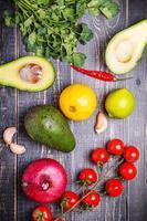 tavolo in legno con verdure fresche per guacamole foto