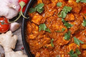 macro deliziosa di vista superiore del raccordo del pollo al curry foto