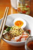 Chiuda sulla tagliatella di maiale piccante tailandese foto
