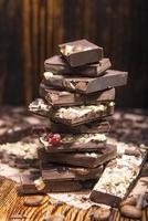 pila di cioccolato su un fondo di legno foto
