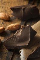 pezzi di cioccolato fondente biologici foto