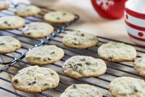 biscotti con gocce di cioccolato che raffreddano uno scaffale foto