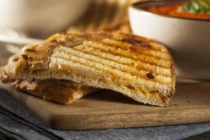 sandwich di formaggio grigliato con zuppa di pomodoro foto