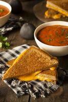 formaggio grigliato fatto in casa con zuppa di pomodoro foto