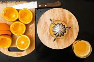 spremuto il succo d'arancia dal bicchiere foto