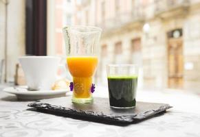 colpo di erba di grano e succo d'arancia foto