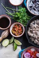 preparazione di classici burritos di street food foto