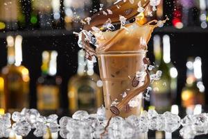 bere un caffè freddo con ghiaccio, fagioli e splash foto