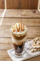 caffè ghiacciato con gelato al latte e caramello