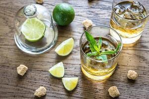 bicchieri di rum sullo sfondo di legno