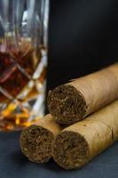 sigaro con bicchiere di whisky
